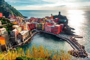 Le Cinque Terre offrono non solo il mare, ci sono moltissimi sentieri sui colli percorribili a piedi o a bici, passeggiate tra i villaggi, visite a santuari, gite in barca, una cucina e vini di prima qualità.